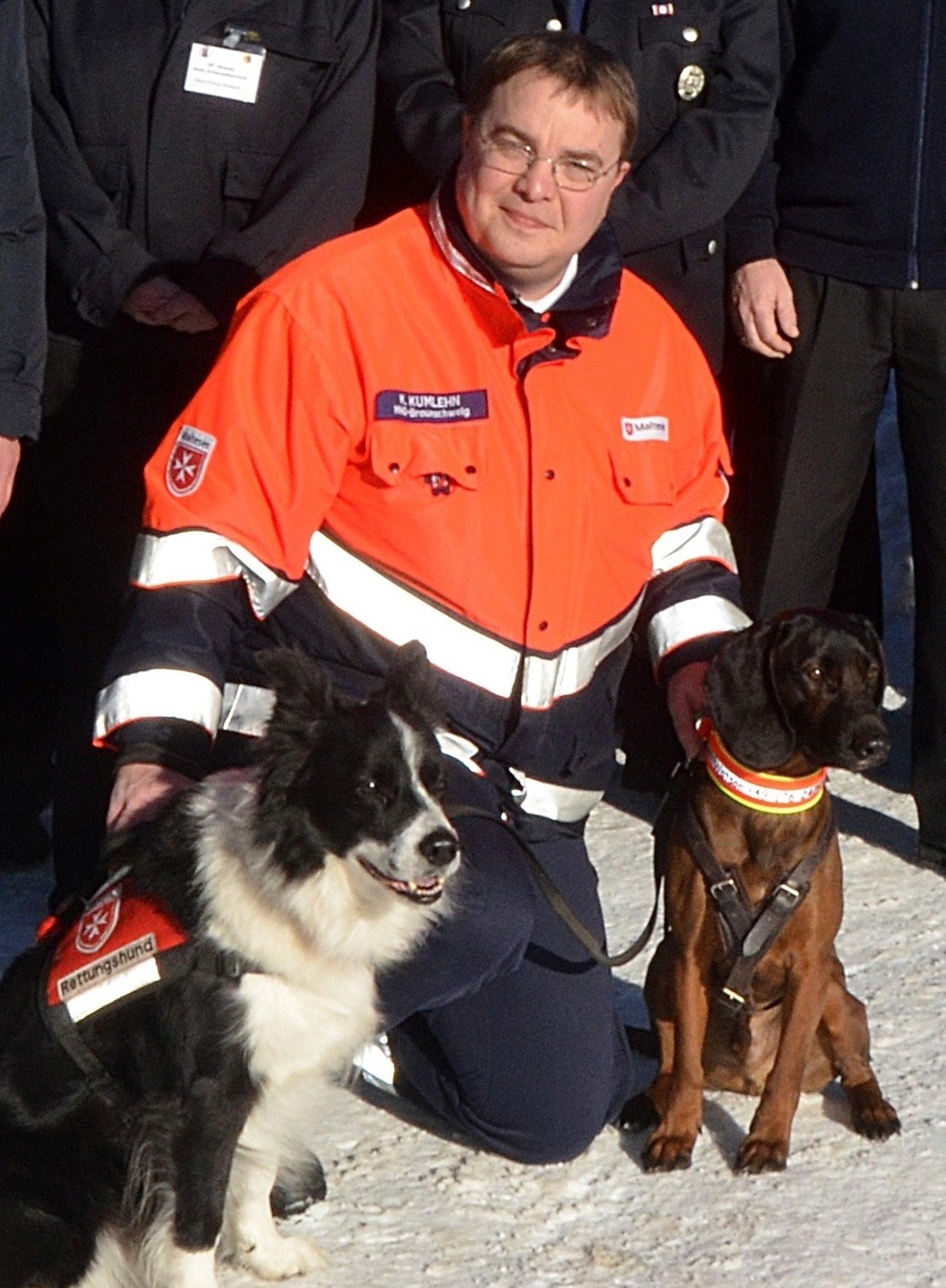 Rettungshunde Ben u Watson mit Karl Kumlehn 56