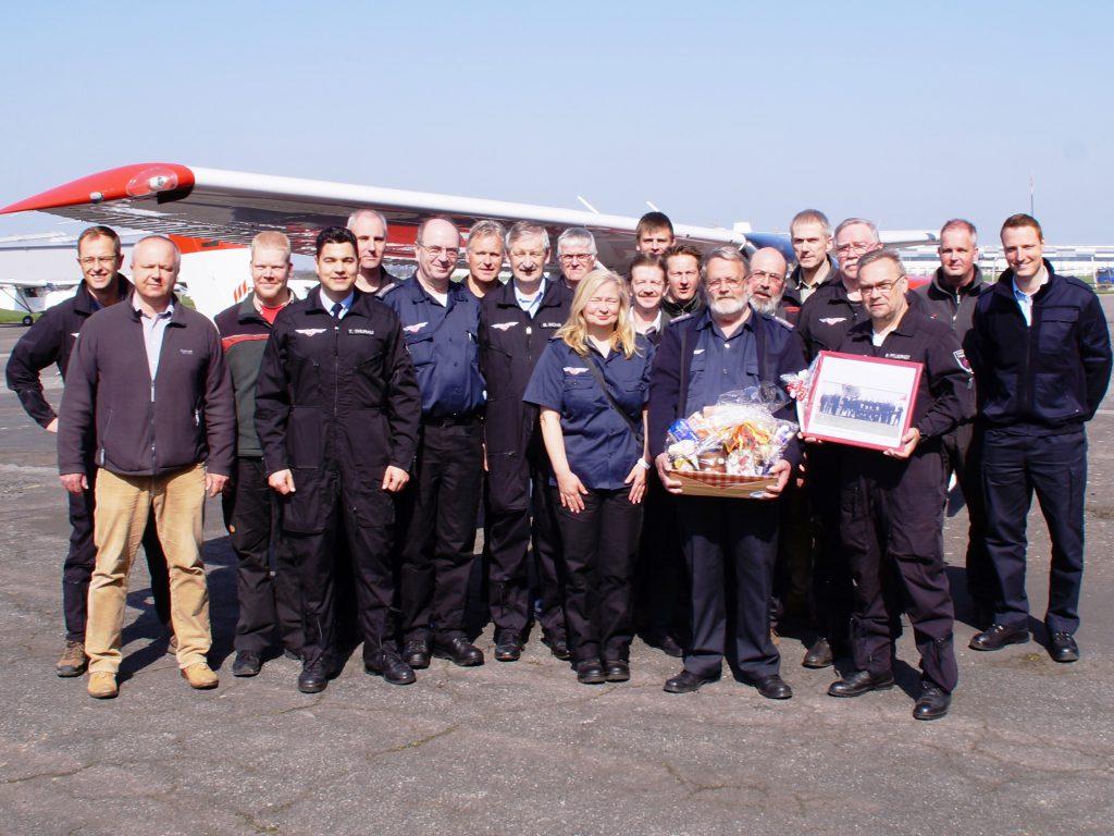 Das Team der Flugbeobachter, Piloten, mitwirkende Forstmitarbeiter und Gäste des Flugstützpunktes Hildesheim/Peine mit ihren neuen und alten Stützpunktleitern beim Anfliegen 2016.